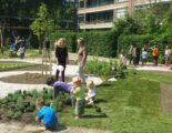 Bewoners leggen samen een buurttuin aan