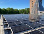 Zonnepanelen op het dak van gebouw De Vinder