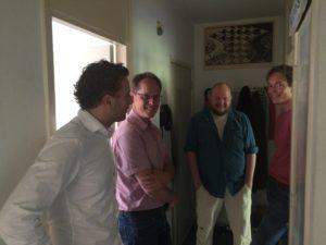 Adviseurs van de Energiesprong, een eigenaar en een medewerker van Bakker VvE beheer bij de bouwkundige scan van VvE de Nolenstraat.