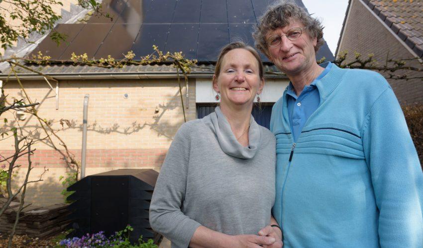 Marijke Kuipers en Hessel Rienks bij hun energieneutrale woning aan de Oudlaan in Noordwest (Wageningen)