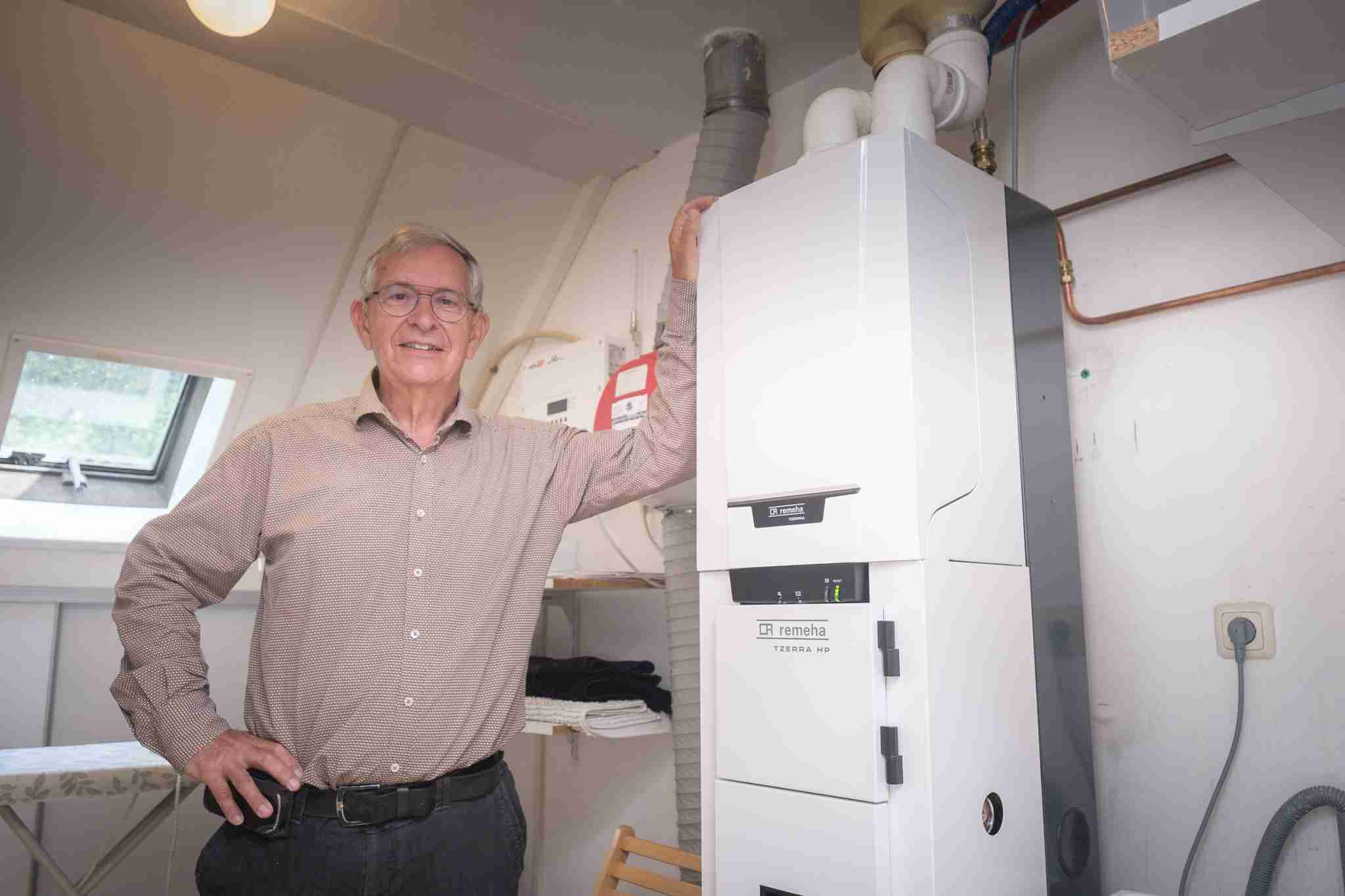 Harm Jan Kwikkel bij zijn warmtepomp