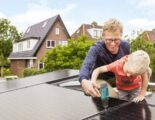 vader en zoon installeren zonnepanelen