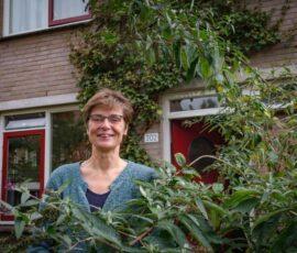 Marjo voor haar huis