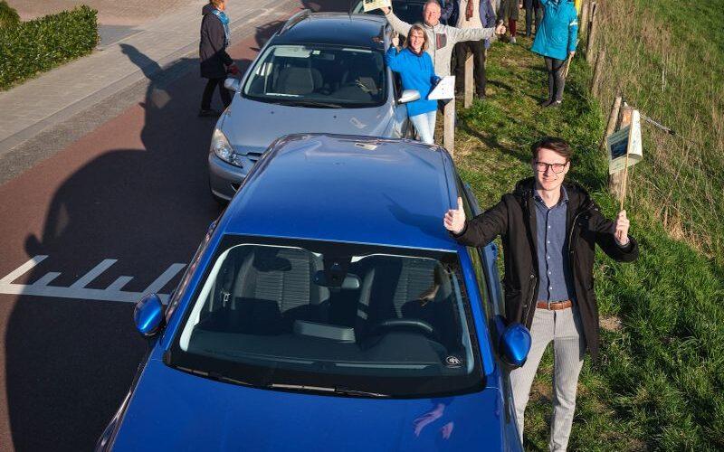 Deelauto Pino en de vijf auto's die hij gaat vervangen op de Veerstraat en de Veerweg | Foto Guy Ackermans
