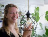 Dorien draait een nieuwe led-lamp in de kap