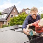 Vader en zoon bij zonnepanelen op dak