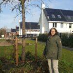 Mirjam Boering bij boom in wijk Kortenoord
